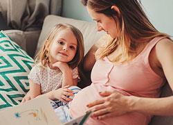 Έγκυος και μαμά: Πώς να τα βγάλετε πέρα