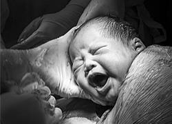 Πατέρας φωτογραφίζει τη γέννηση της κόρης του με τον πιο ρεαλιστικό τρόπο!