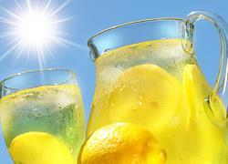 Σπιτική συνταγή για λεμονάδα που θα σας δροσίσει