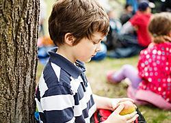Το παιδί που είναι μόνο στα διαλείμματα: Πώς να βοηθήσετε
