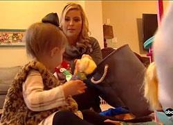 Μαμά σώζει το μωρό της από πνιγμό και παραδίδει μαθήματα ψυχραιμίας!