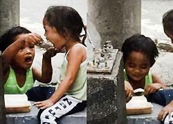 Αγοράκι ζητά ελεημοσύνη για να ταΐσει την αδερφή του: Ένα συγκλονιστικό στιγμιότυπο!