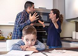 Πόσο κακό κάνει στο παιδί να μας ακούει να μιλάμε για τα οικονομικά μας προβλήματα