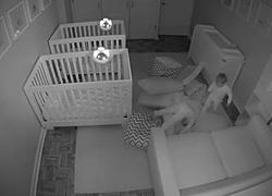 Όταν οι γονείς κοιμούνται, τα δίδυμα κάνουν πάρτι: Το βίντεο που «έριξε» το ίντερνετ