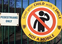 «Υποδεχτείτε τα παιδιά με ένα χαμόγελο, όχι με το κινητό στο χέρι»