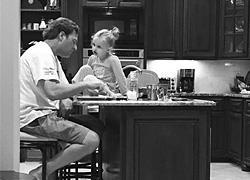 Η συγκινητική ιστορία πίσω από τη φωτογραφία του μπαμπά που τρώει με την κόρη του