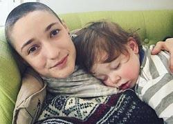 Μητέρα ξυρίζει το κεφάλι της για να δώσει ένα σημαντικό μάθημα στον γιο της