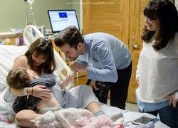 Μητέρα θηλάζει την κόρη της ενώ ετοιμάζεται να γεννήσει!
