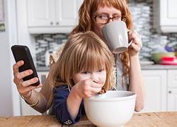 Γιατί πρέπει να περιορίσετε τη χρήση του κινητού μπροστά στα παιδιά