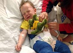 Σε γύψο τα πόδια τρίχρονου έπειτα από σοβαρό ατύχημα σε τραμπολίνο!