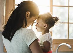 Τα παιδιά που μεγαλώνουν μόνο με τη μαμά τους είναι εξίσου ευτυχισμένα με τα υπόλοιπα