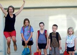 Η επιστροφή στο σχολείο μέσα απ' τα μάτια 12 (πολύ χαρούμενων) γονιών