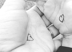 Το «κουμπί της αγκαλιάς»: Το κόλπο αυτής της μαμάς για να μη νιώθει μόνο του το παιδί της