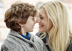 Λιγότερο παρεμβατικοί γονείς: Τι κερδίζουν τα παιδιά από αυτόν τον τρόπο διαπαιδαγώγησης