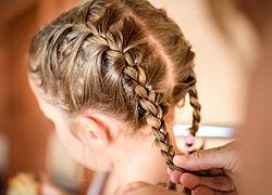 Πώς να κάνετε γαλλική πλεξούδα στην κόρη σας χωρίς να την πονέσετε