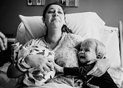 Η αντίδραση αυτής της μαμάς όταν ο γιος της συνάντησε την αδερφή του θα σας ραγίσει την καρδιά