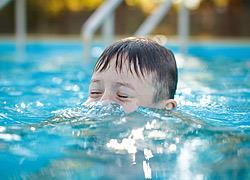 «Γονείς, μην χαζεύετε στα κινητά όταν τα παιδιά παίζουν στο νερό»: Γερμανοί ναυαγοσώστες προειδοποιούν