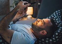 Τι δείχνει αν ο σύντροφός σας είναι «κολλημένος» με το κινητό του
