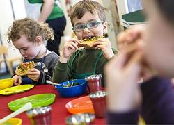 Ξεκίνησε από χθες η διανομή των σχολικών γευμάτων στους μαθητές όλης της χώρας