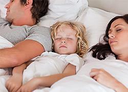 Οι γονείς δεν κοιμούνται αρκετά για τουλάχιστον 6 χρόνια μετά τα παιδιά