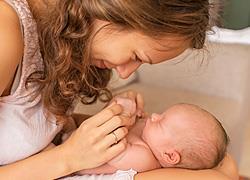 10 τρόποι για να συνδεθείτε συναισθηματικά με το νεογέννητό σας