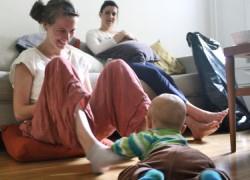 Το ελληνικό κράτος πρόνοιας είναι απών για τις μαμάδες
