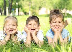 5 τρόποι που τα παιδιά μας διδάσκουν πώς να είμαστε ευτυχισμένοι