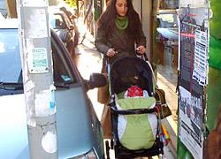 Η βόλτα με το παιδικό καρότσι στην Αθήνα είναι πραγματικό κατόρθωμα!