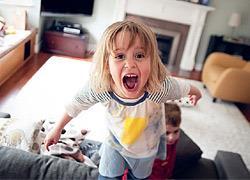Γιατί τα παιδιά συμπεριφέρονται καλύτερα όταν δεν είναι μπροστά η μαμά