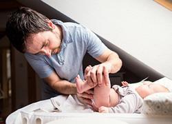 «Βοηθήστε τις γυναίκες σας μετά την γέννα χωρίς να σας το ζητήσουν»: το μήνυμα ενός μπαμπά