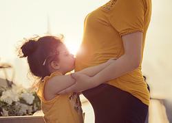 «Με την μητρότητα άρχισα να αγαπώ το σώμα μου με τις ατέλειές του»