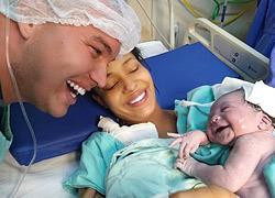 Νεογέννητο μωράκιαναγνωρίζει τη φωνή του μπαμπά του και του χαμογελά