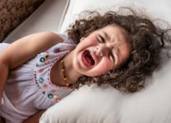 3 απλά βήματα για να ηρεμήσετε ένα νήπιο σε υστερία