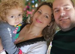 Ο Παναγιώτης Ραφαήλ στέκεται όρθιος και οι γονείς του μοιράζονται τη χαρά τους