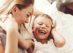 «Το γέλιο είναι ο ήχος του παιχνιδιού»: κάντε το παιδί να γελάσει με την ψυχή του