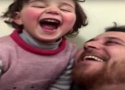 Σύριος πατέρας μετατρέπει τον πόλεμο σε παιχνίδι για να προστατεύσει την 3χρονη κόρη του