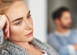 «Κάνε ό,τι θέλεις»: τι κρύβουν οι φράσεις που λέμε συχνά μέσα στον γάμο
