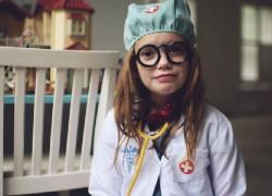 Γιατροί και επιστήμονες που μάχονται τον κορονοϊό είναι οι νέοι υπερήρωες που θαυμάζουν τα παιδιά μας