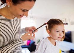 «Παίζουμε κομμωτήριο;»: 5 χτενίσματα για να κάνετε στην κόρη σας στην καραντίνα