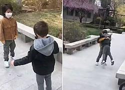 Δυο 4χρονοι φίλοι συναντιούνται ξανά μετά από 2 μήνες καραντίνας σ' ένα συγκινητικό βίντεο