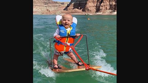 Γονείςβάζουν το 6μηνών μωρό τους να κάνει θαλάσσιο σκι και προκαλούν αντιδράσεις