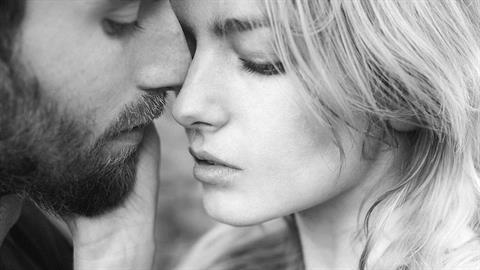 «Παντρεύτηκα έναν άντρα που μιλάει με τις πράξεις του»
