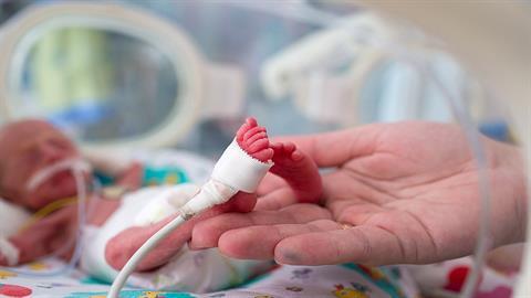 Πρόωρο μωράκι που γεννήθηκε μόλις 450 γραμμάρια επέζησε και είναι υγιέστατο!
