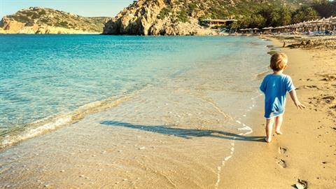 Πού θα πάμε φέτος διακοπές; 5 γονείς προτείνουν τα αγαπημένα τους μέρη