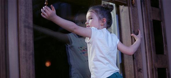 Ποτέ μην αφήνετε το παιδί να παίζει με σχοινιά από στόρια και κουρτίνες!