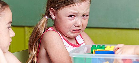 Χτυπάνε την 3 ετών κόρη μου στο σχολείο. Πώς να αντιδράσω;