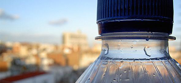 Nερό σε πλαστικά μπουκάλια: 3 μεγάλοι κίνδυνοι