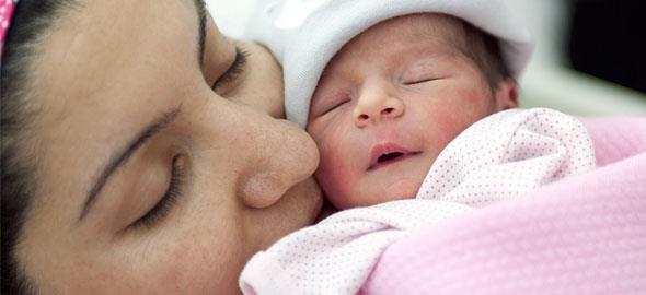 Πώς νιώθουν οι μαμάδες τις πρώτες στιγμές μετά τη γέννα