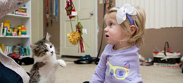 Αυτό το ακρωτηριασμένο κοριτσάκι δεν είναι πια μόνο: Μια συγκινητική ιστορία φιλίας