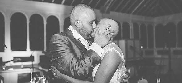 Νύφη ξυρίζει «γουλί» τα μαλλιά της για να συμπαρασταθεί στον καρκινοπαθή άντρα της!